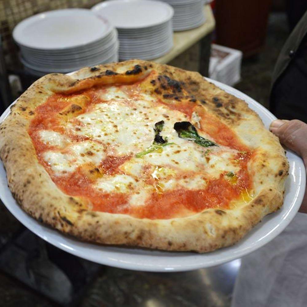Pizza Margherita appena sfornata